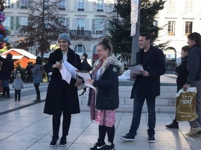 En diffusion des jeunes avec Hamon à la place Clémenceau à Pau