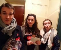 En porte à porte des jeunes avec Hamon à Pau