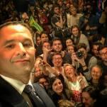 Benoît Hamon fait un selfie avec le MJS 64 au meeting de Toulouse