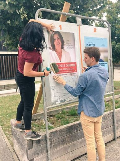 Porte à porte d'entre-deux tours à Pau pour Nathalie Chabanne avec Jonathan, du bureau national